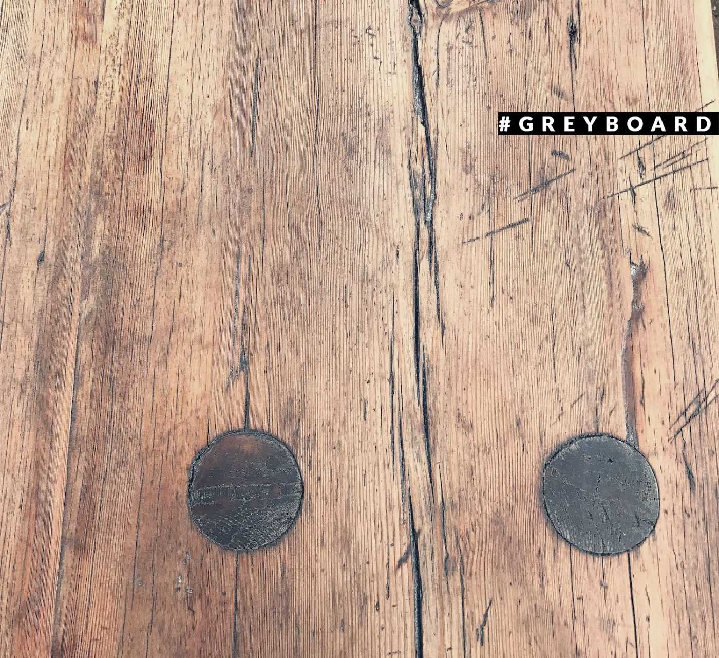 Стильный столик-консоль со столешницей из старой доски