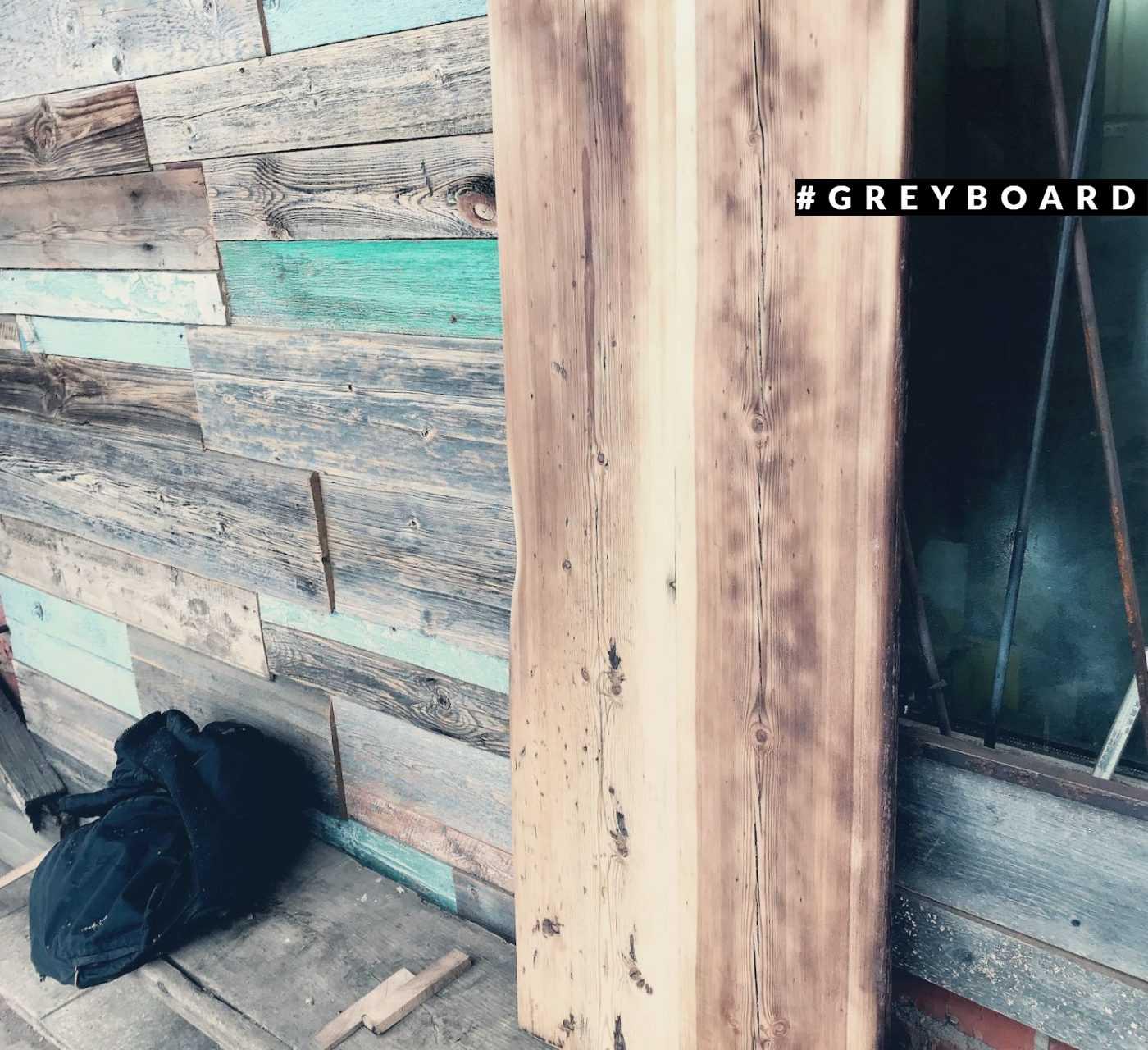 Вытянутая столешница из амбарной доски