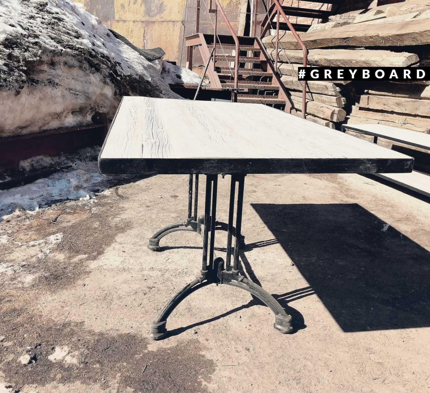 Большой обеденный стол из старой доски