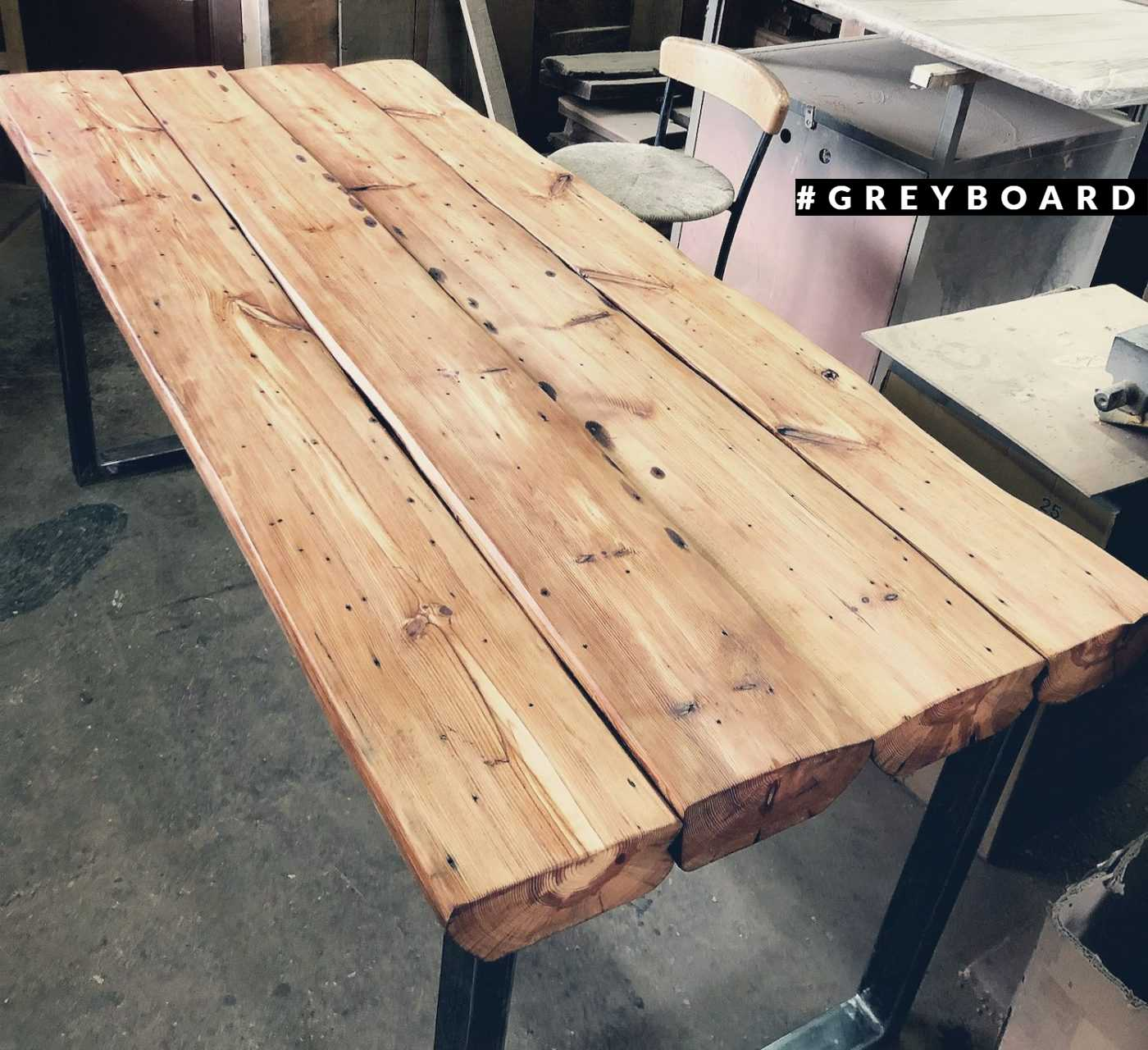 Оригинальный стол-прилавок из старой доски