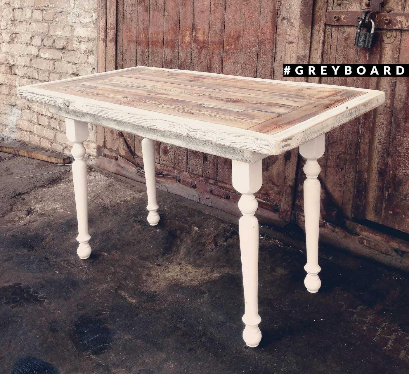 Изящный стол с белым подстольем из старой доски