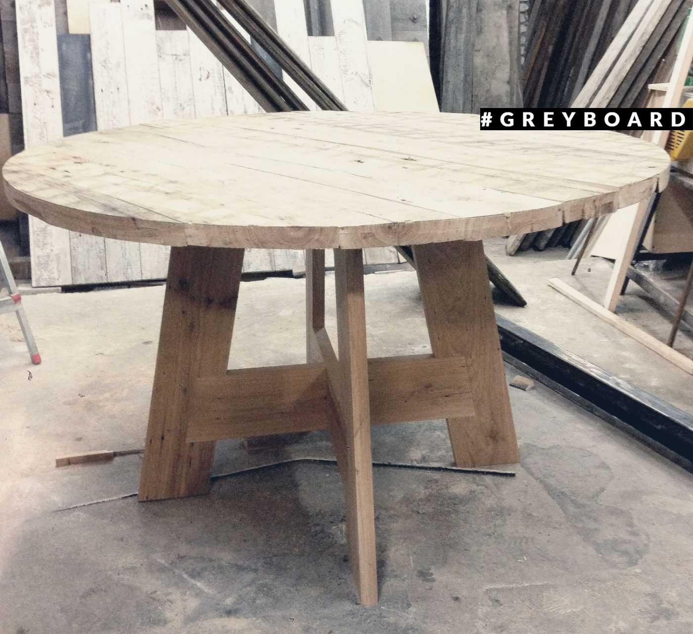 Элегантный обеденный стол из старой дубовой доски