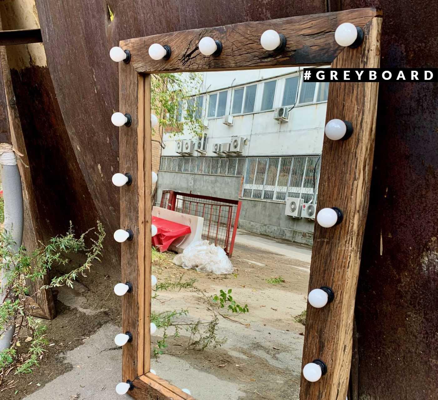 Гримерное зеркало в дубовой раме