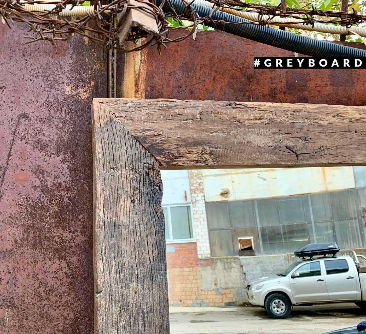 Зеркало в раме из амбарного дуба