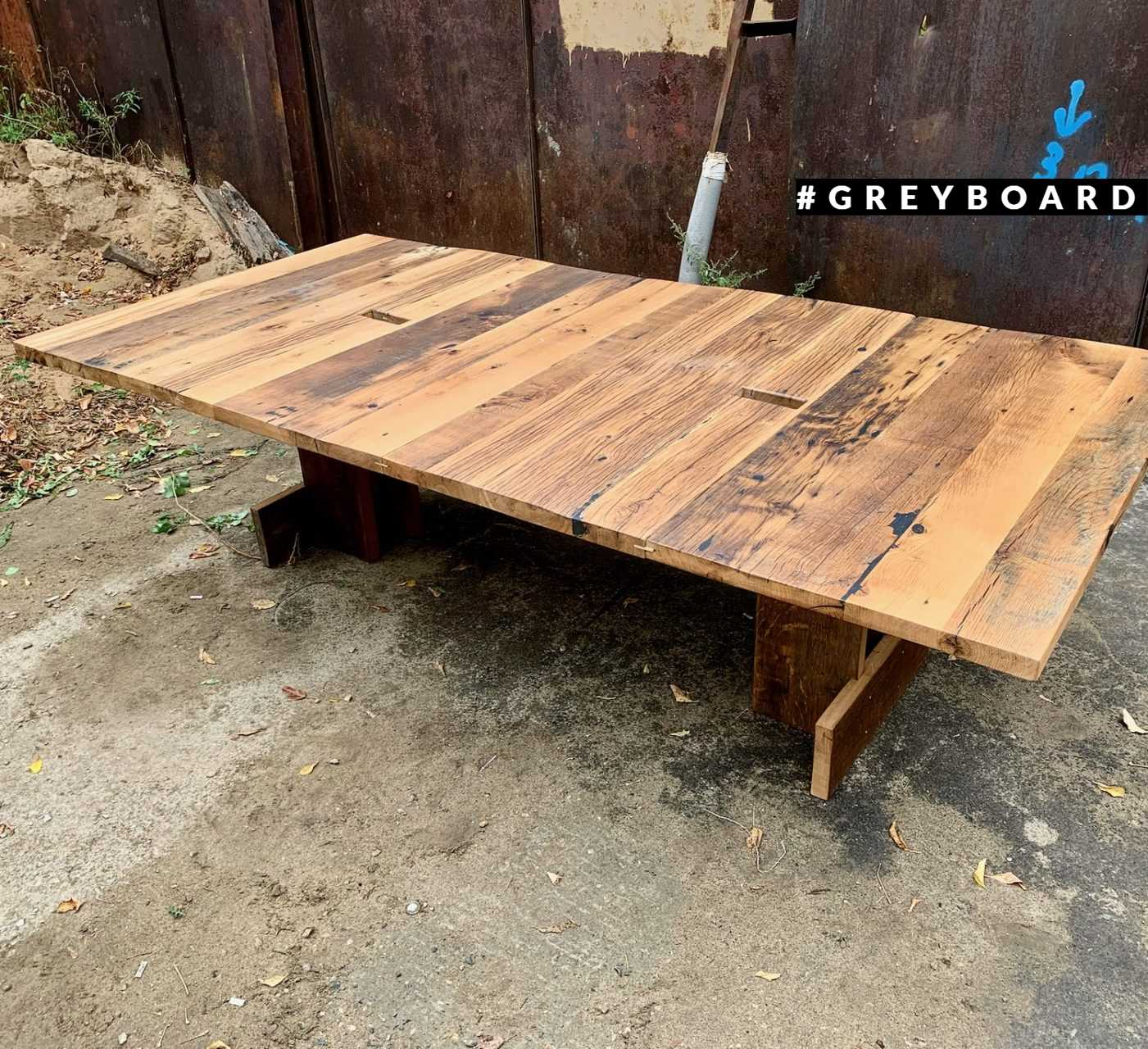 Большой стол из старой доски
