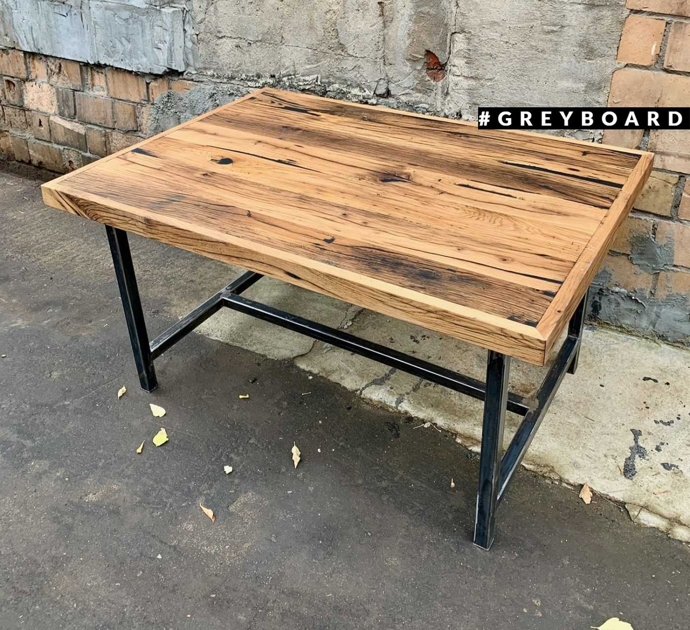 Светло-коричневый стол из амбарного дуба