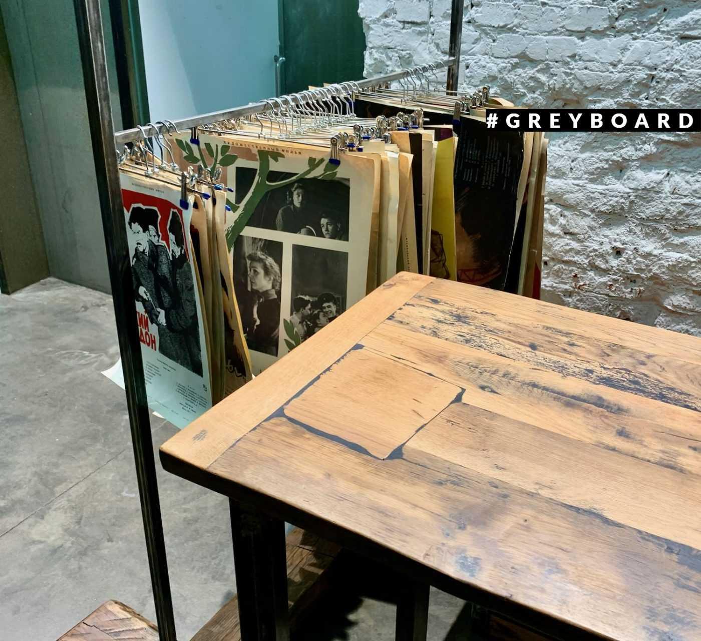 Стол из фактурной старой доски