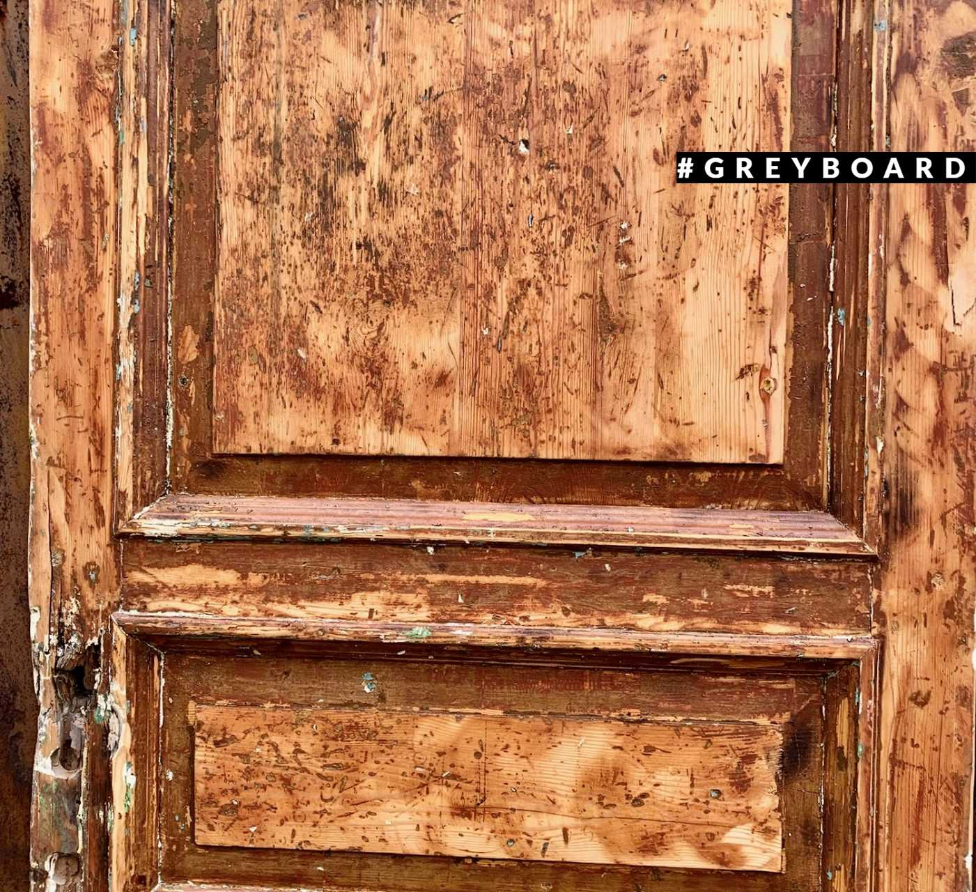Дверь из старой хвойной доски