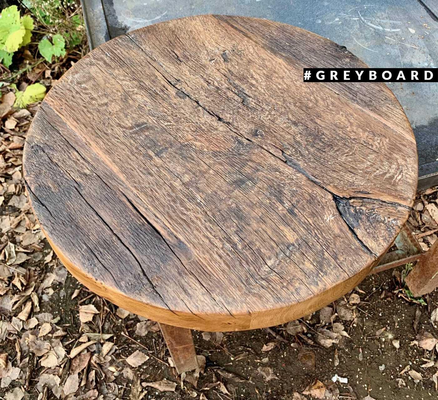 Массивная круглая столешница из старой доски