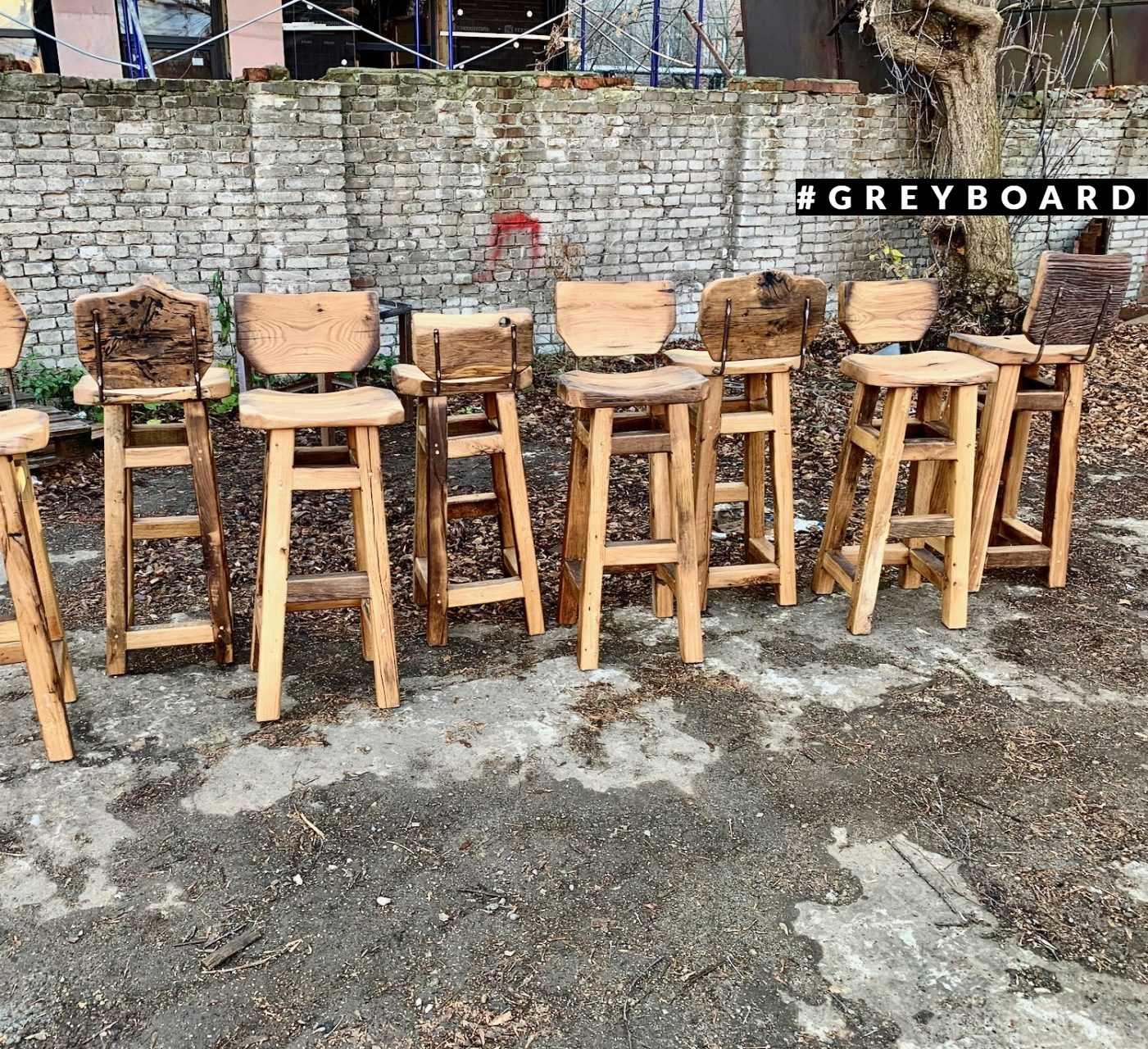 Стильные барные стулья из старого дуба