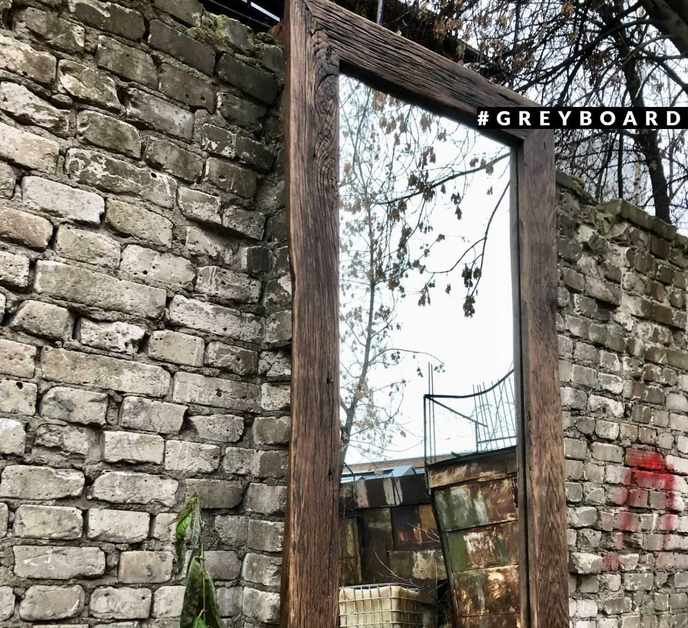 Роскошное зеркало в раме из старой доски