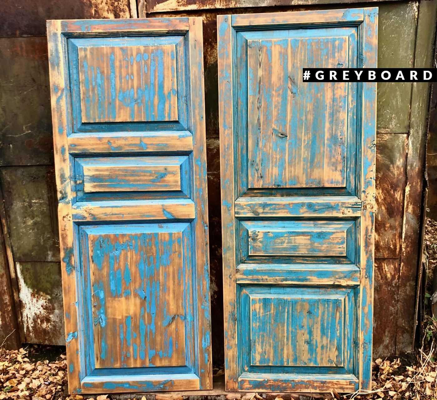 Дверь с остатками синей краски