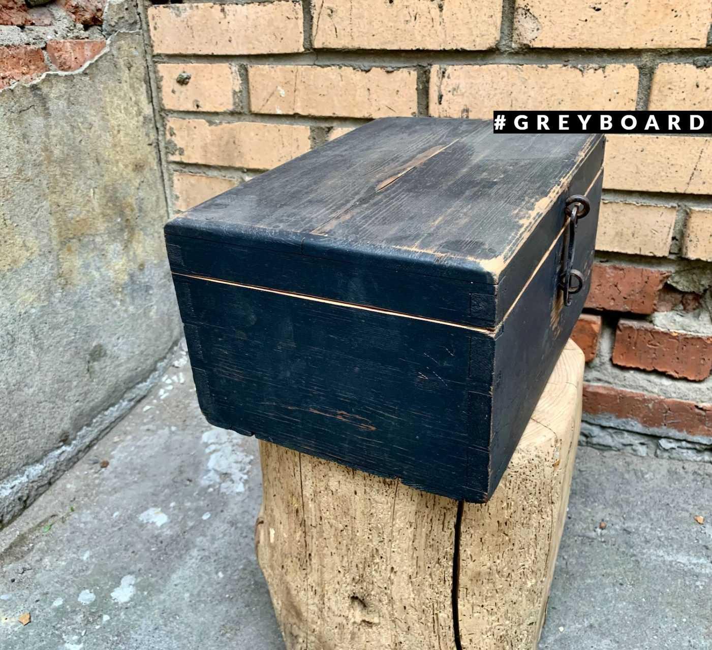 Маленький черный сундук из старого дерева