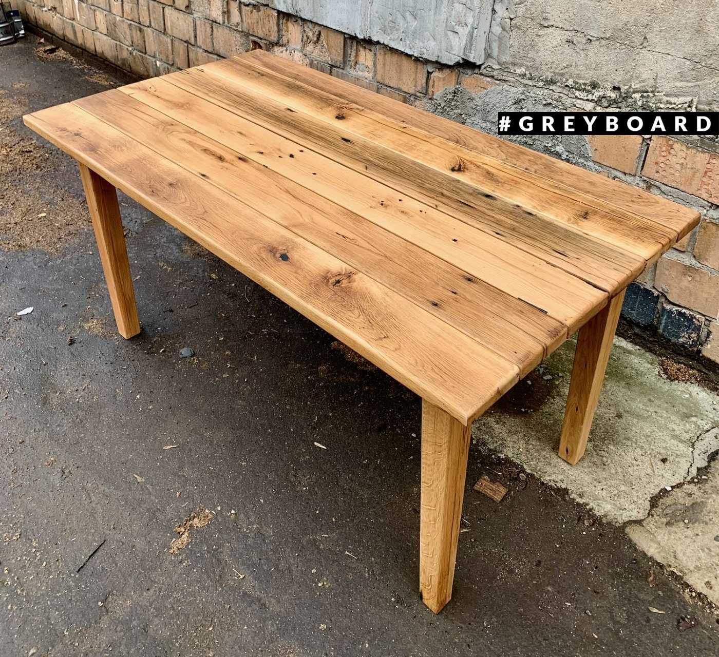 Стол из старой доски в садовом стиле