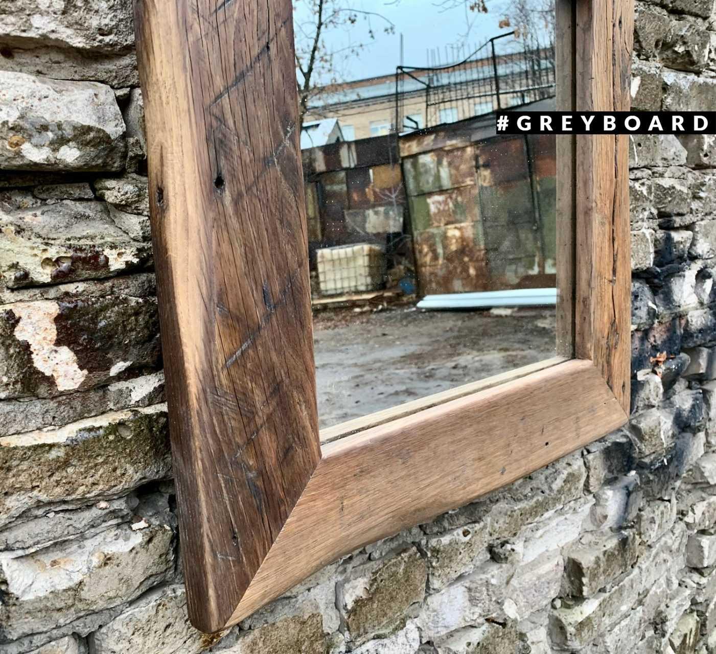 Зеркало в раме из старой дубовой доски