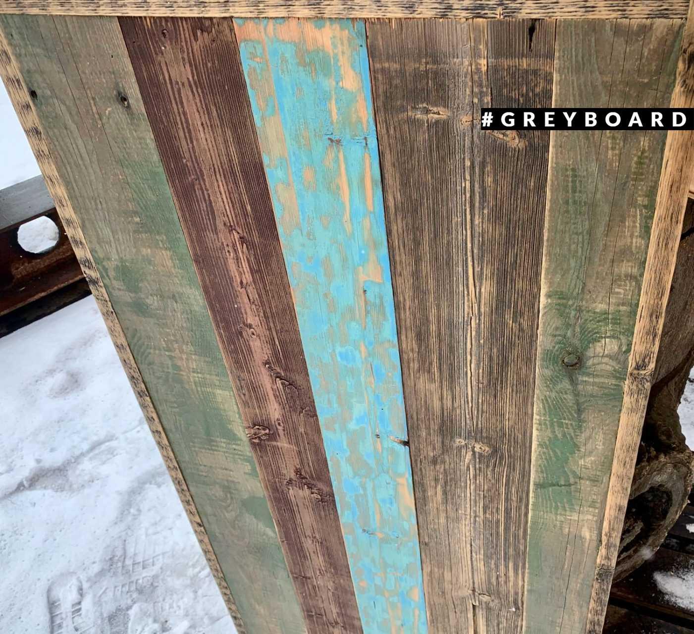Панно из хвойной доски со следами краски