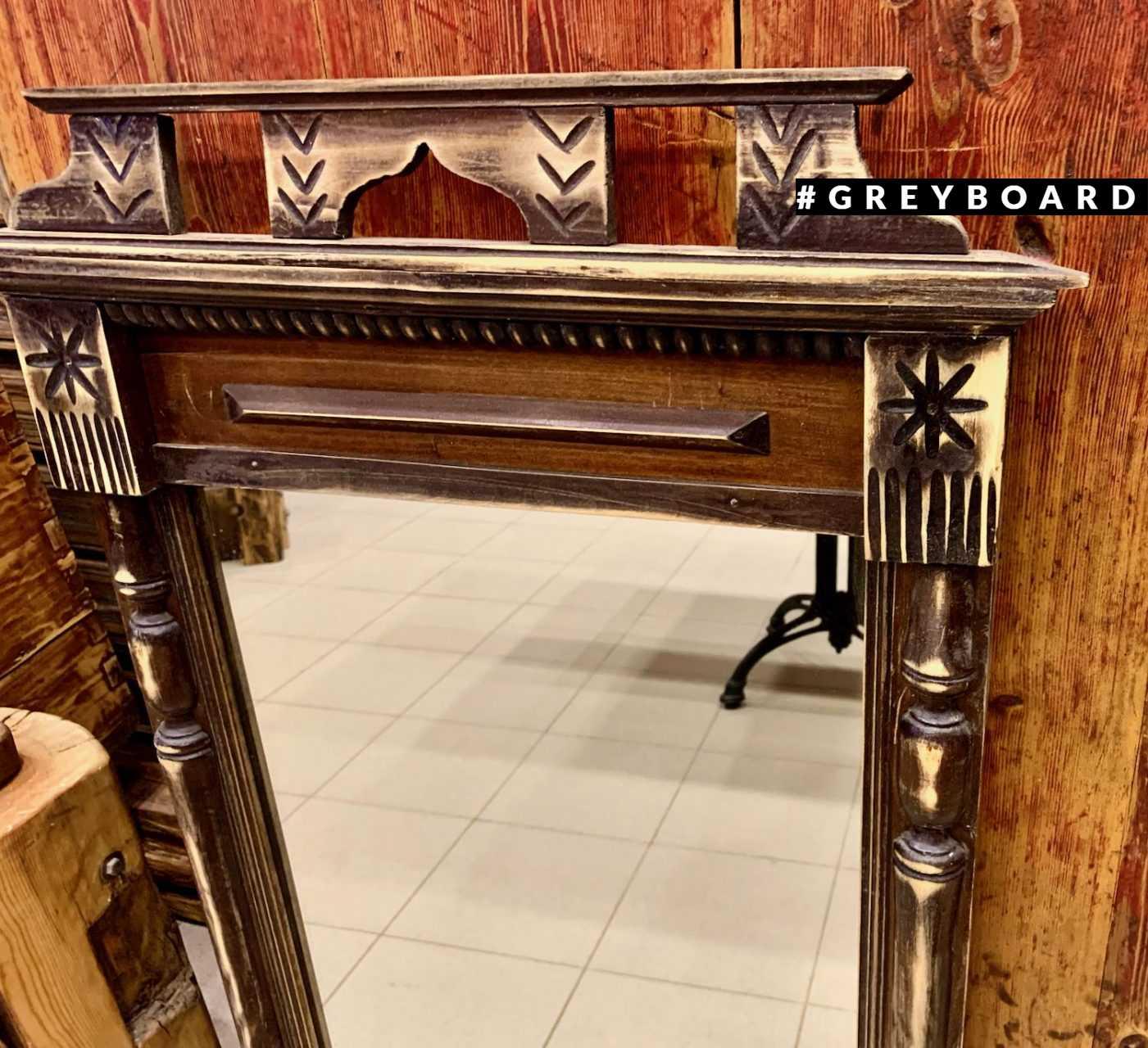 Старинное зеркало в массивной раме
