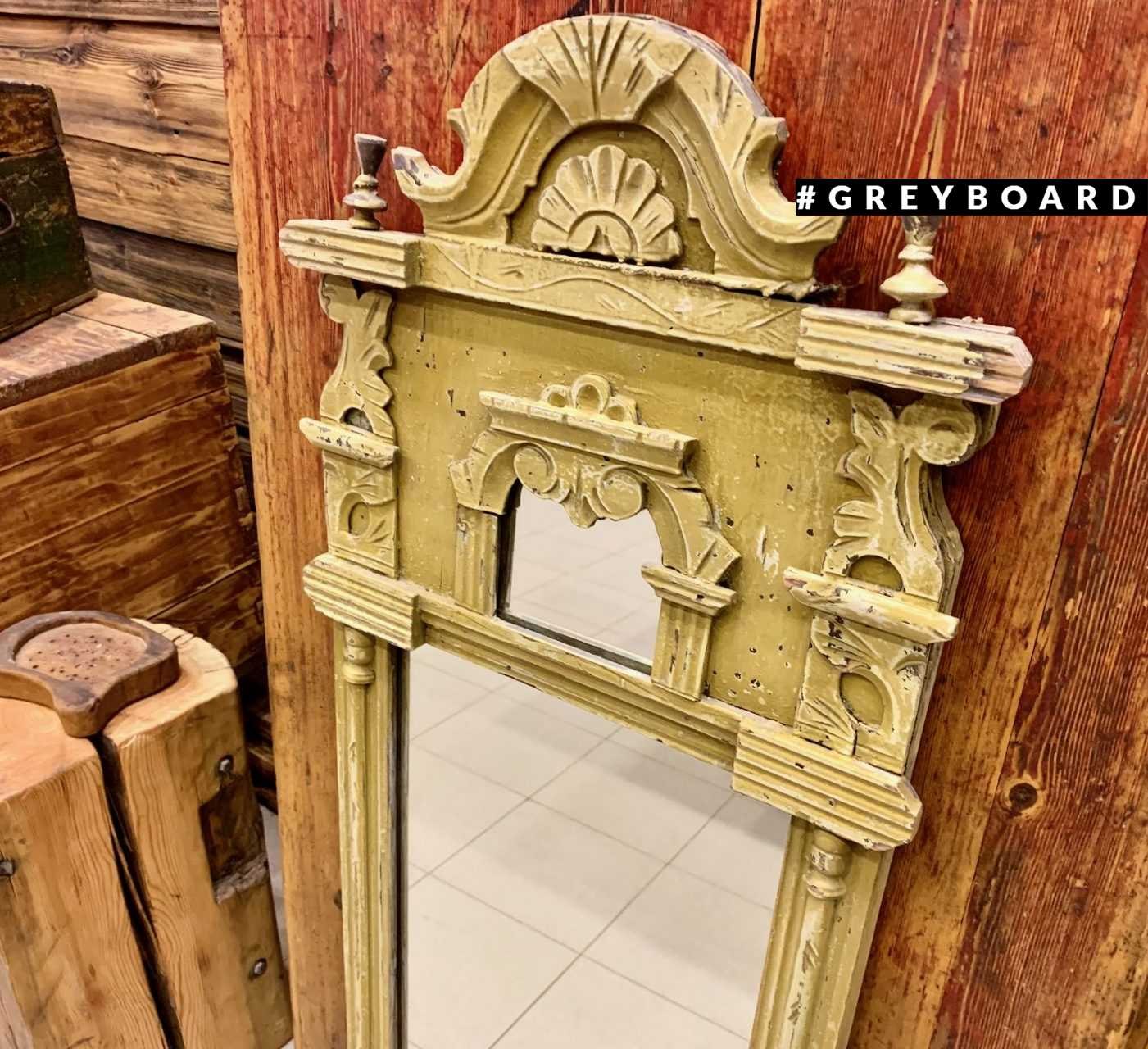 Старинное зеркало в деревянное раме