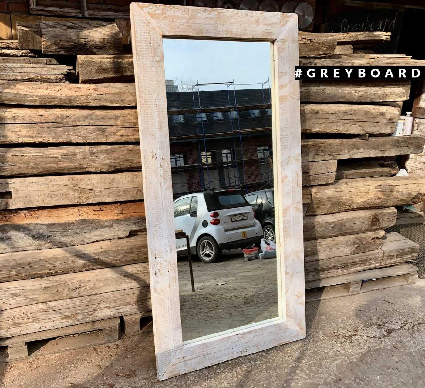 Вертикальное зеркало из амбарной доски