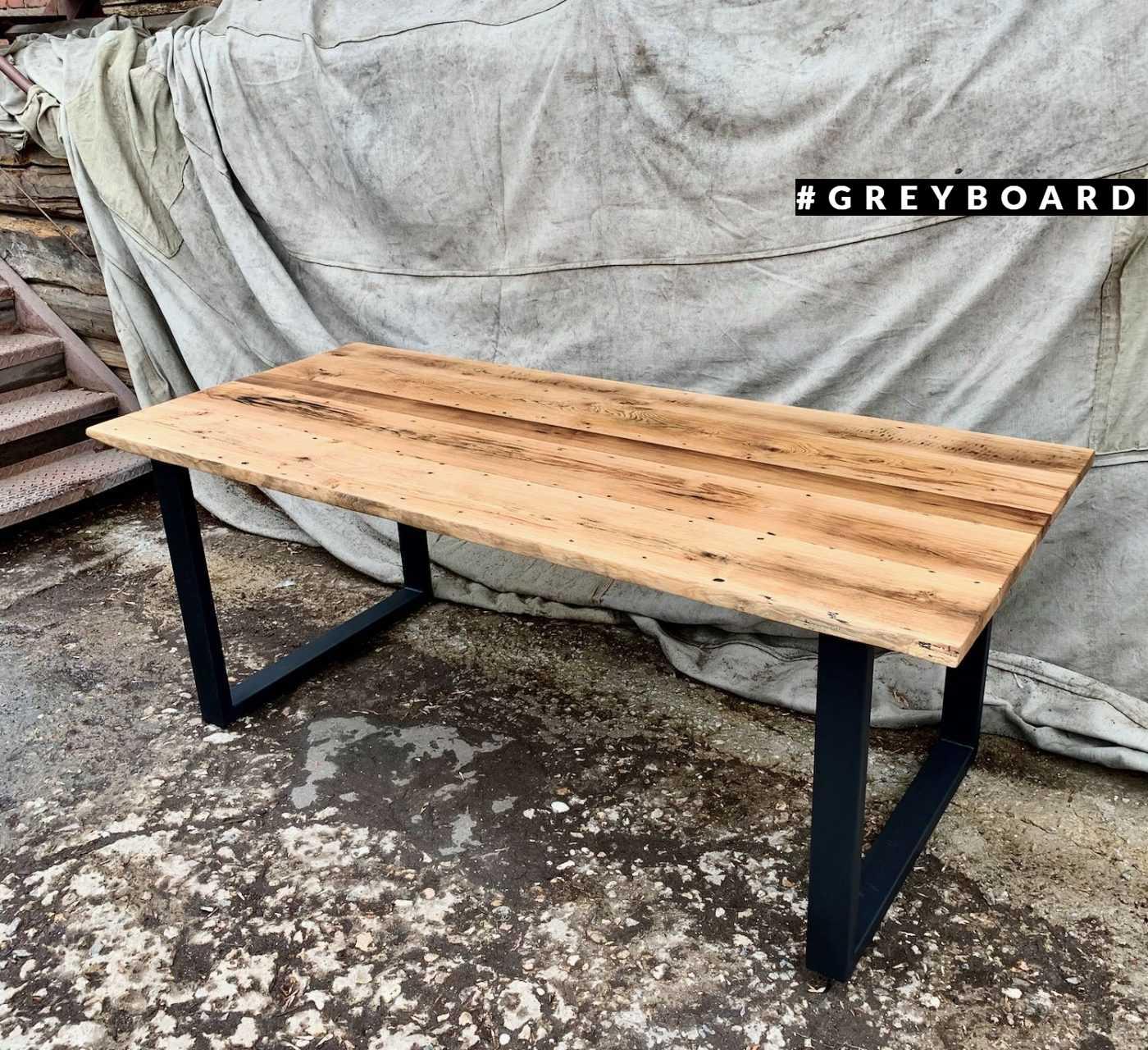 Большой и стильный стол из амбарной доски