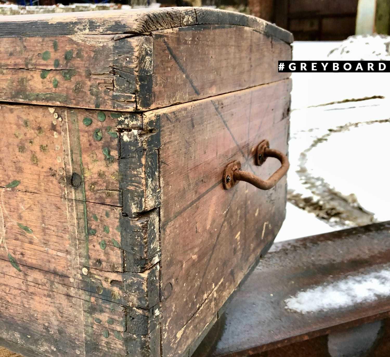 Старинный сундук с росписью