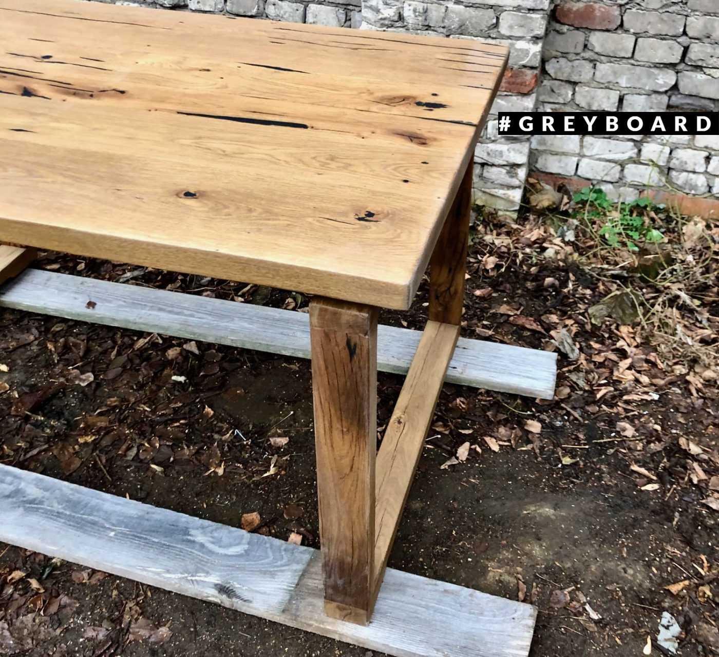 Оригинальный стол из старой доски