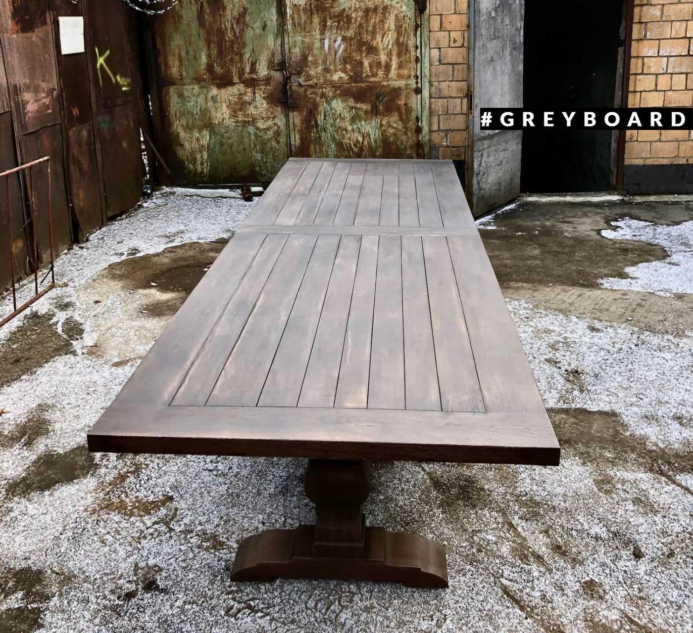 Огромный стол из старой доски