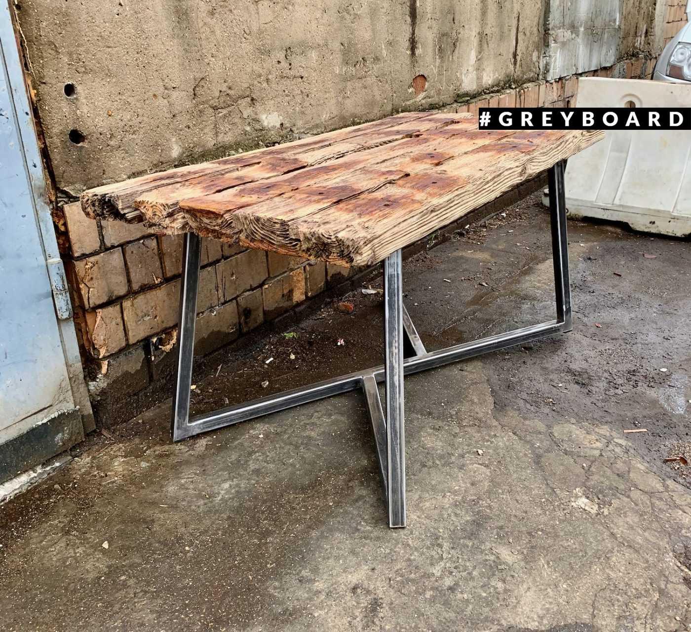 Единственный в своем роде стол из старой доски-топляка