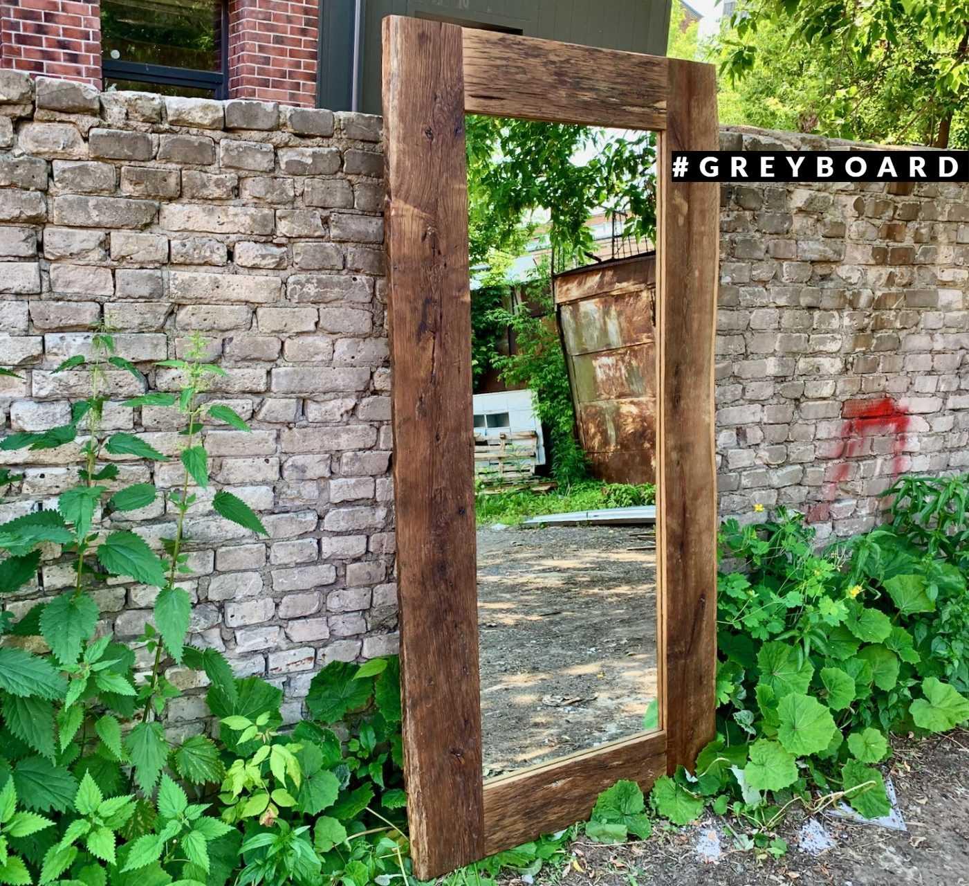 Зеркало в раме из амбарной доски