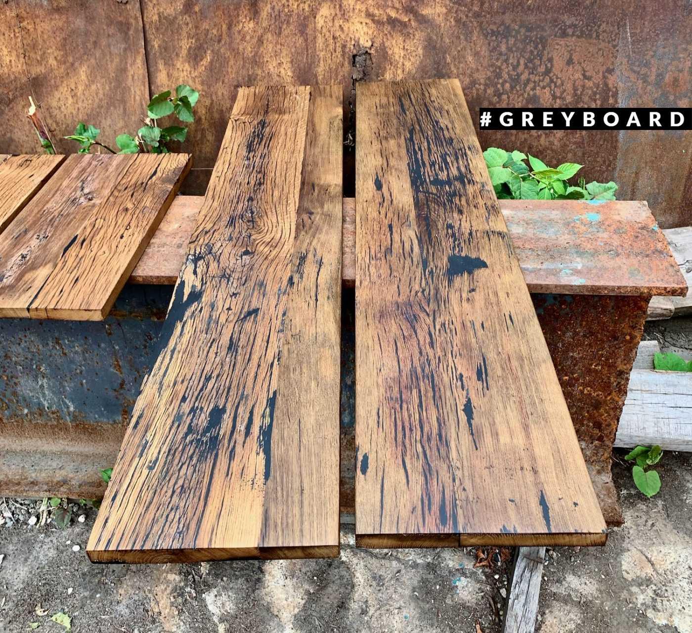 Столешница из стаой доски с выраженной текстурой