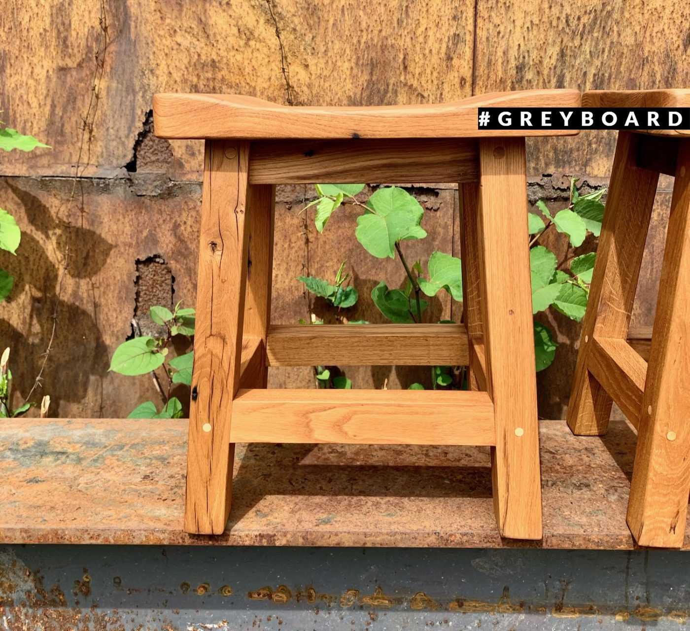 Стильные табуреты из старой дубовой доски