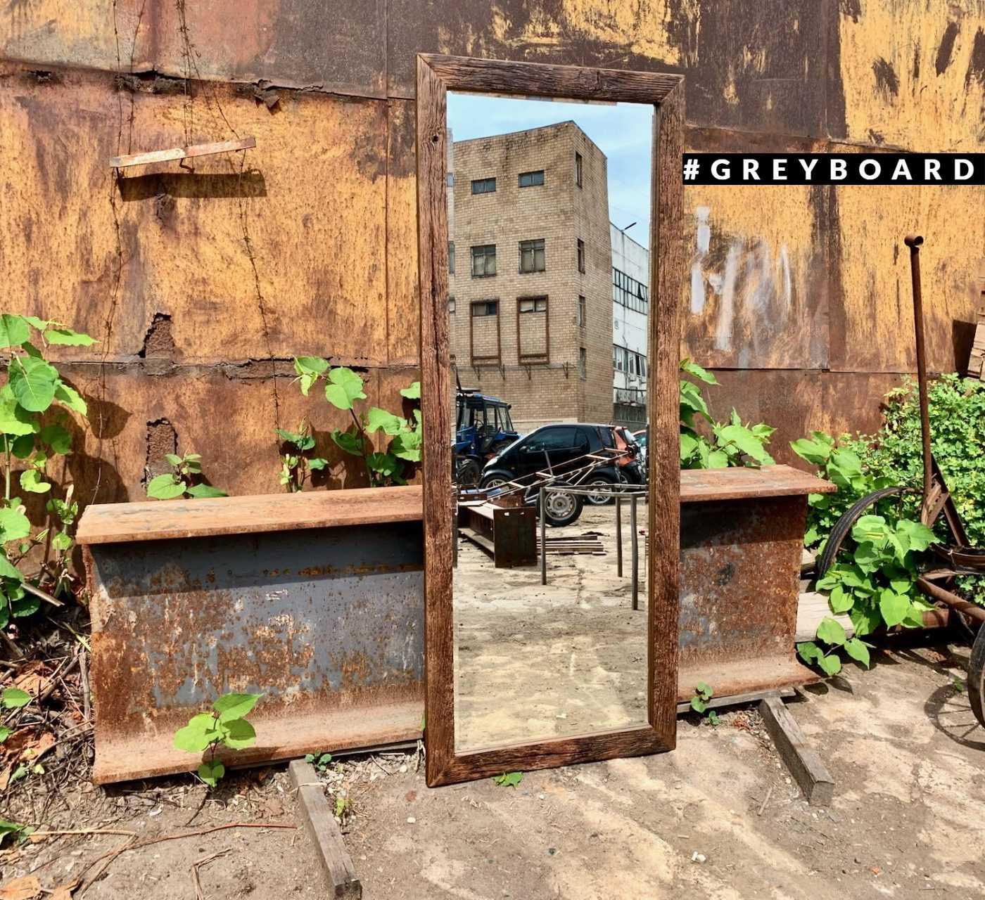 Зеркало в тонкой дубовой раме