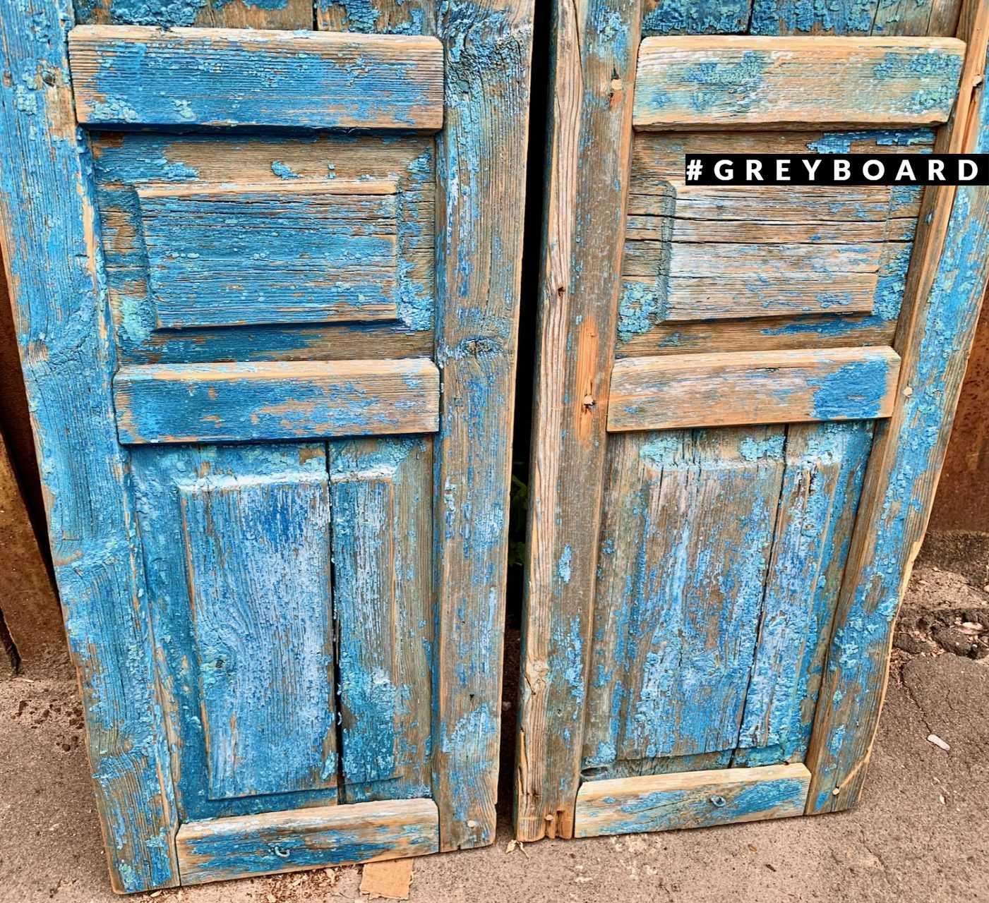 Голубые старые ставни
