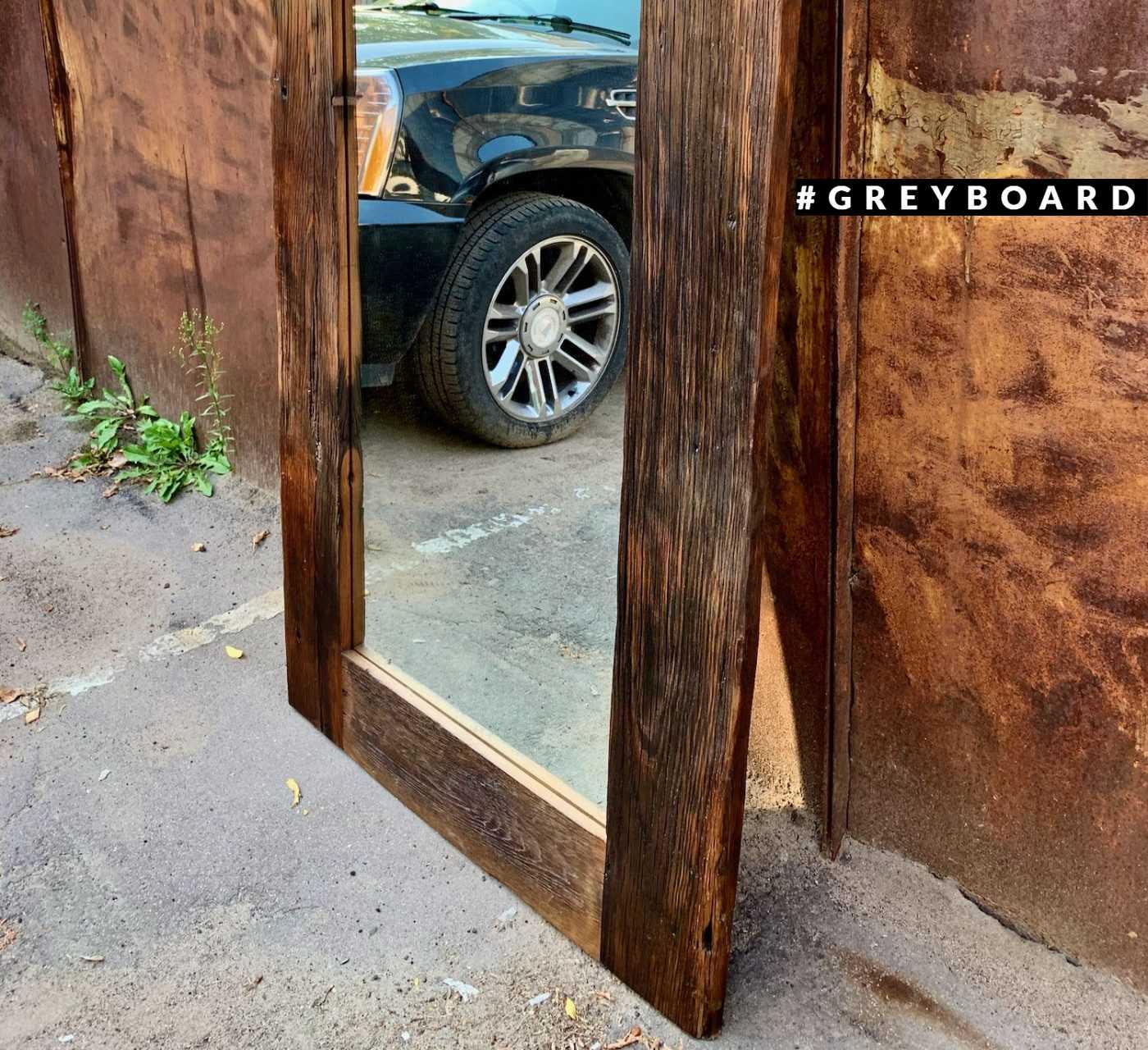 Зеркало в массивной раме из старой доски