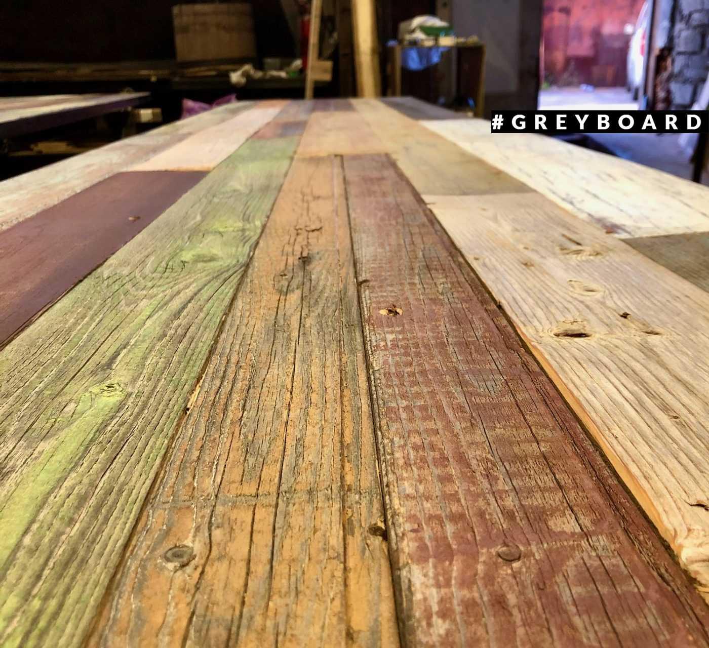 Разноцветная столешница из старой хвойной доски
