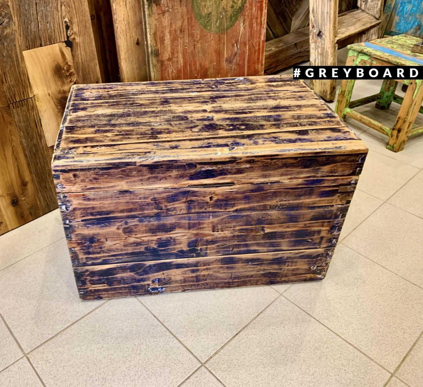 Старинный деревянный сундук