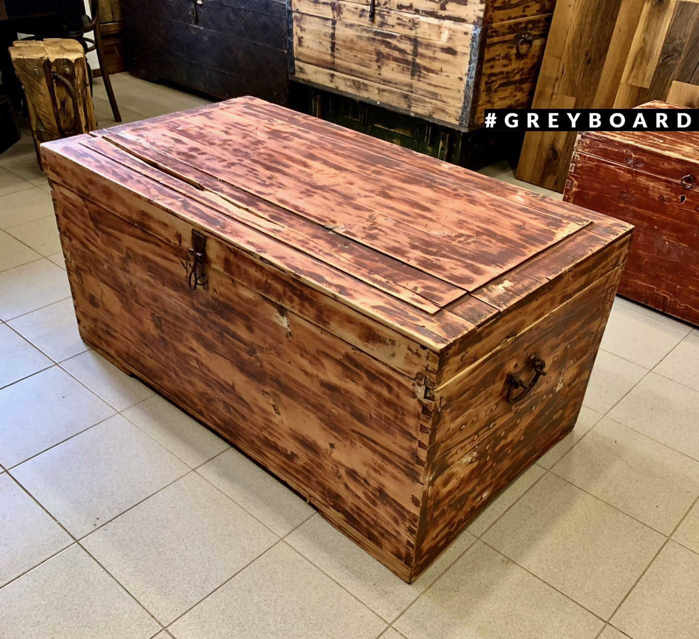 Большой деревянный сундук из старой доски