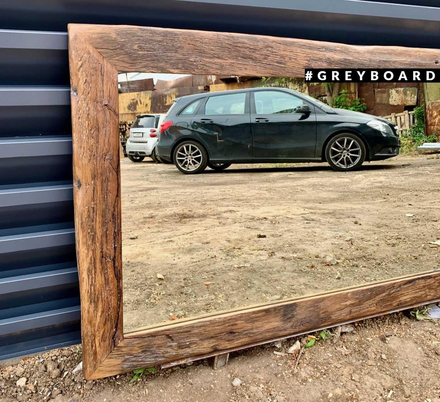 Большое зеркало в старой дубовой раме