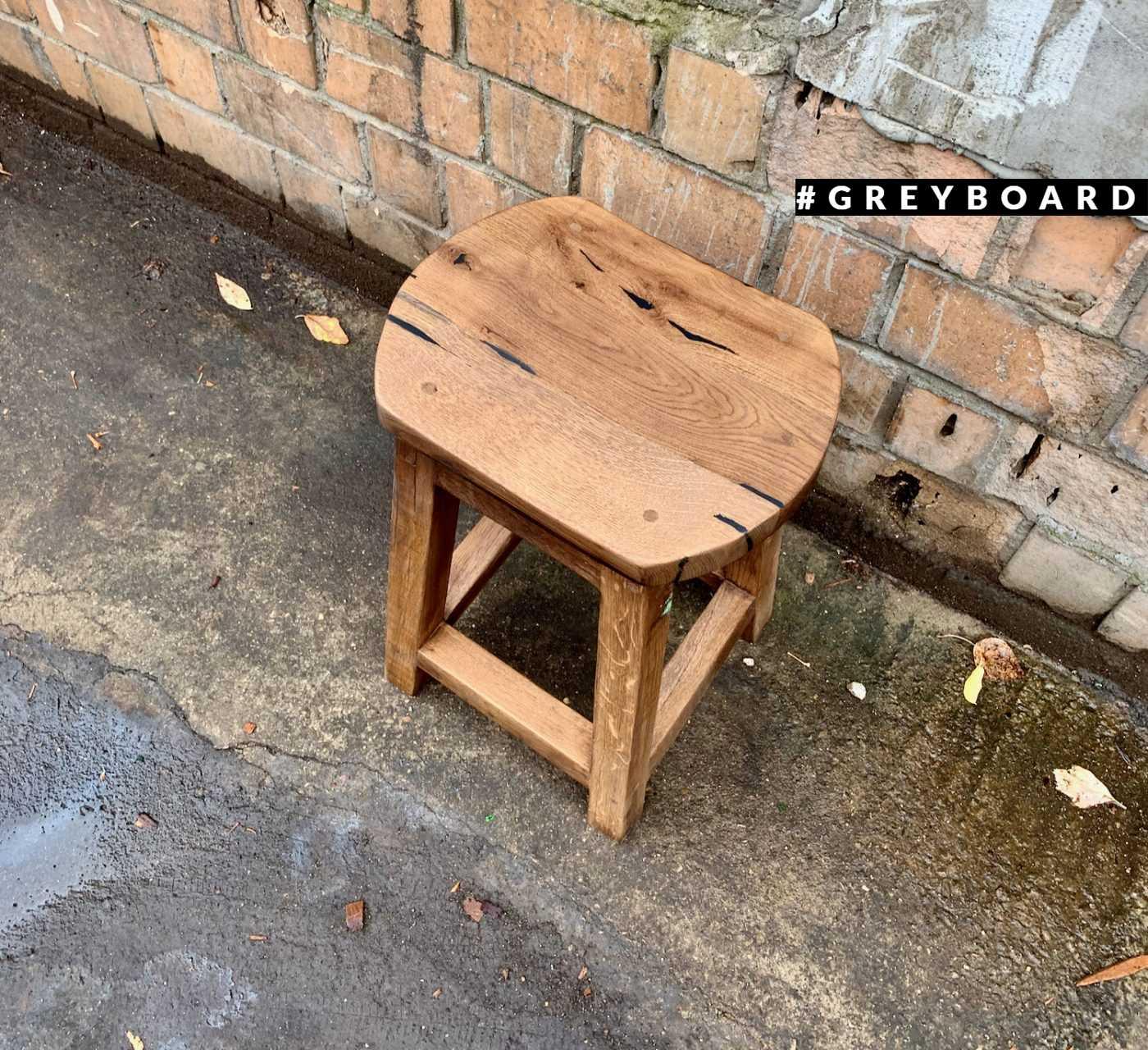 Табурет из старого дуба с округлым сиденьем