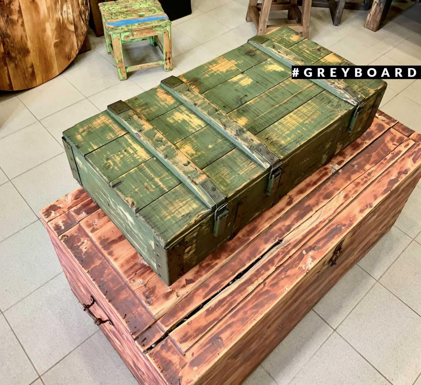 Старый ящик с остатками краски