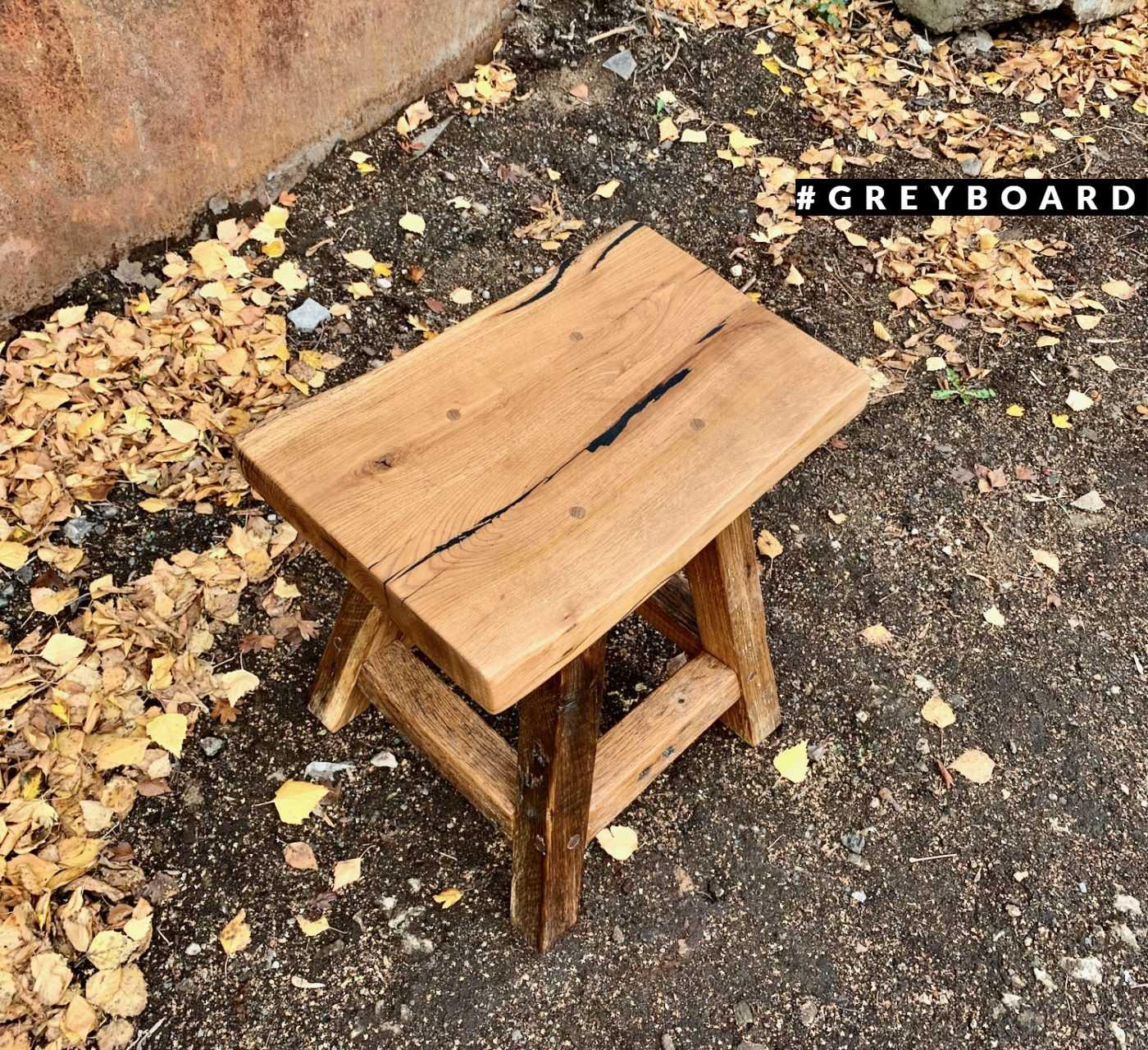 Удобный табурет из старой дубовой доски