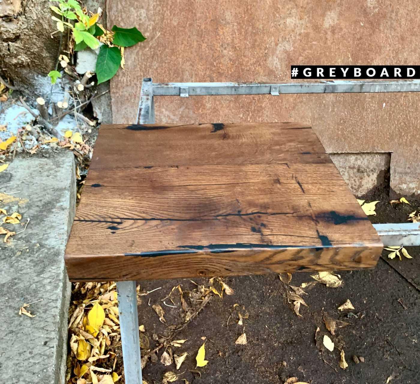 Темно-коричневая дубовая столешница из старой доски