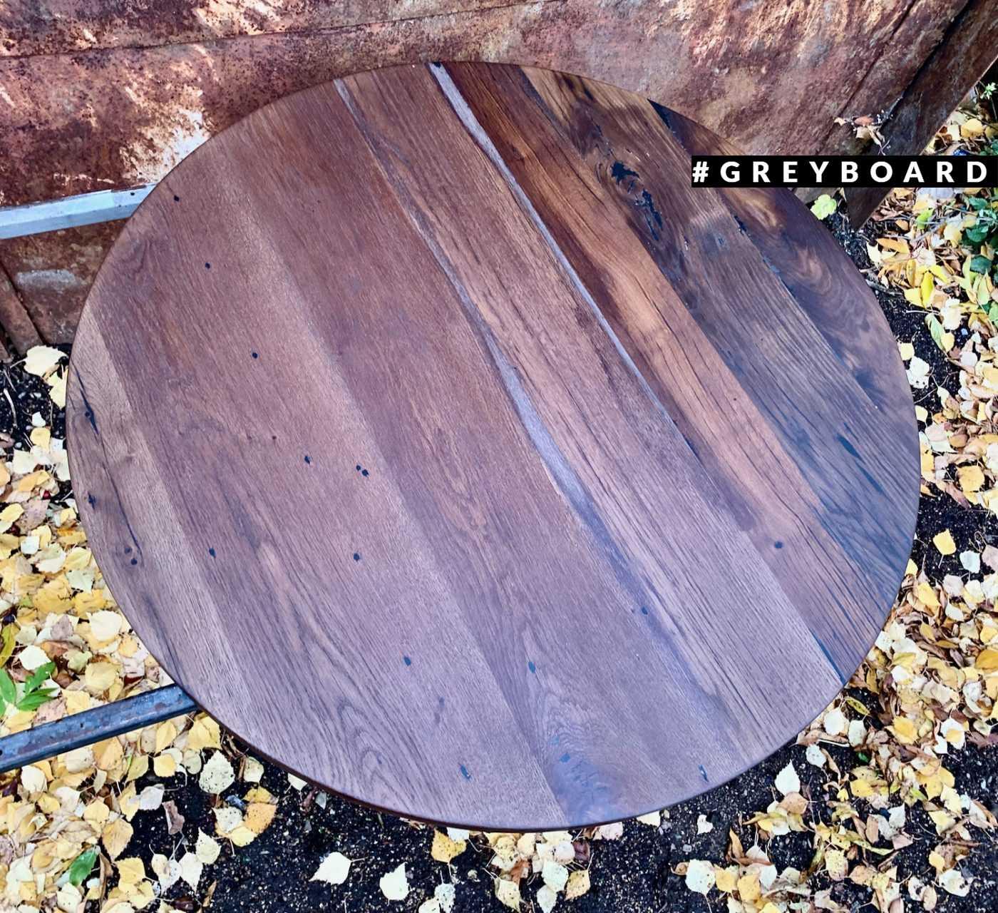 Столешница из старой доски насыщенно-коричневого цвета