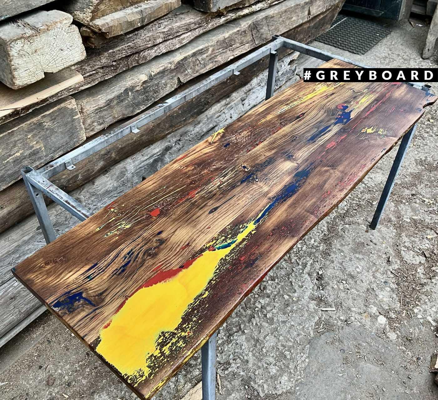 Разноцветная столешница из старой дубовой доски с заливкой