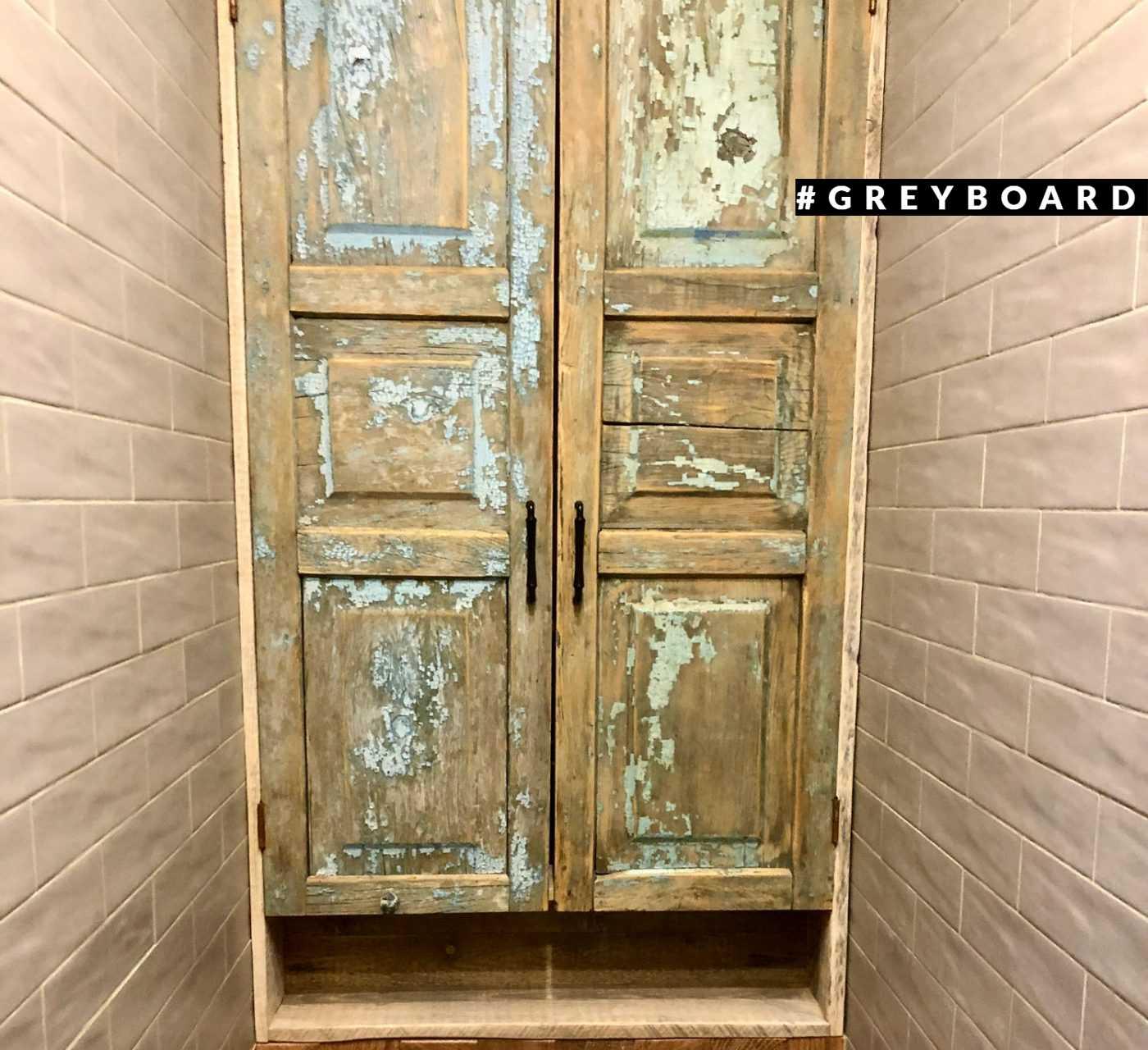 Старинные филенчатые двери из натурального дерева