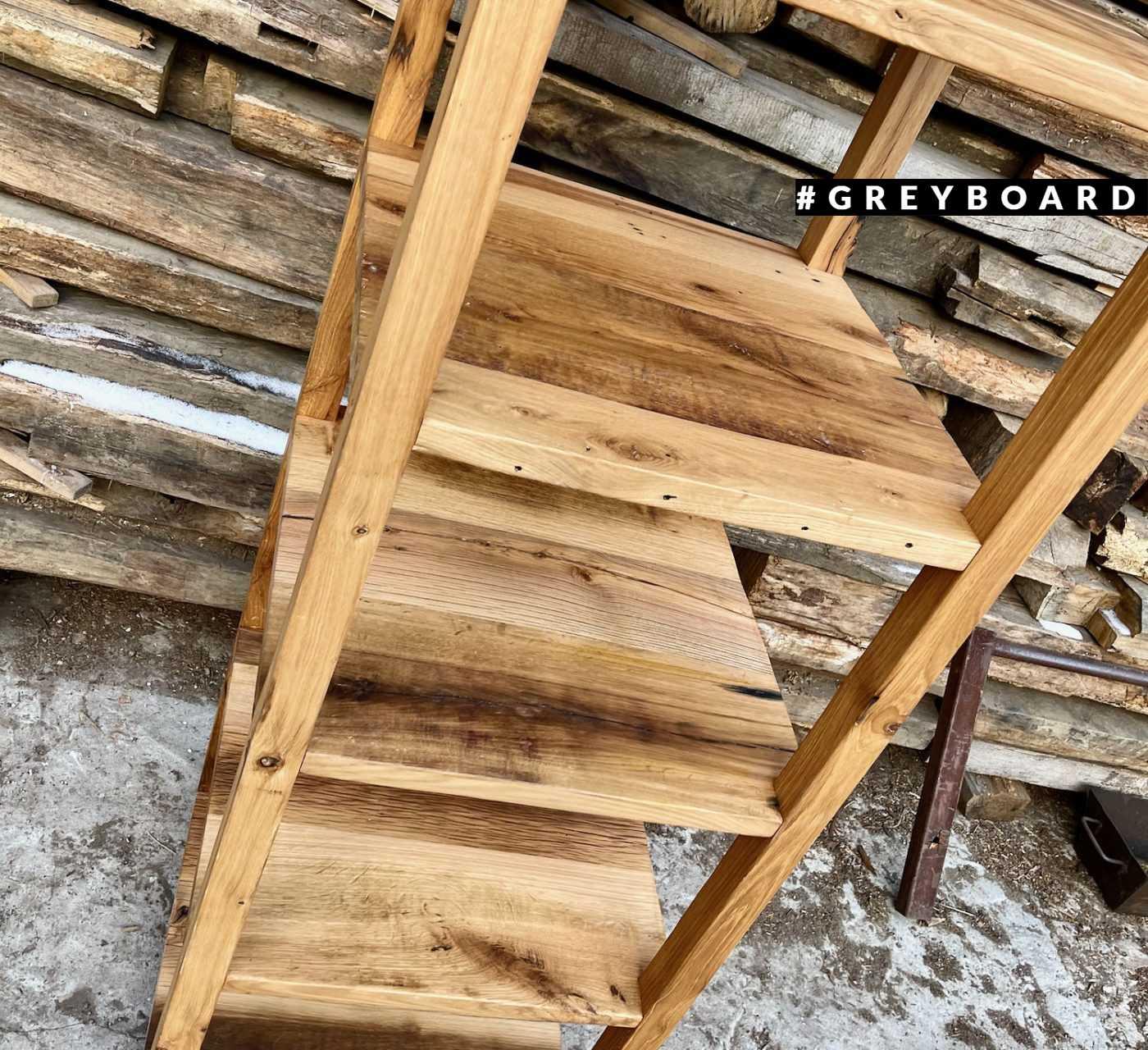 Высокий стеллаж из старой доски