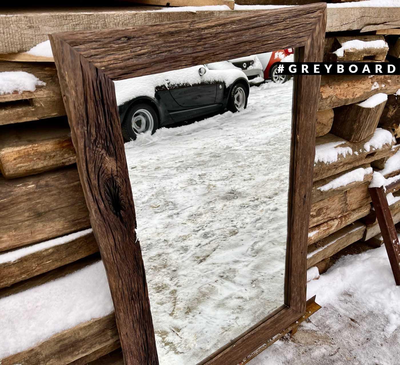 Зеркало в фактурной раме из старой доски