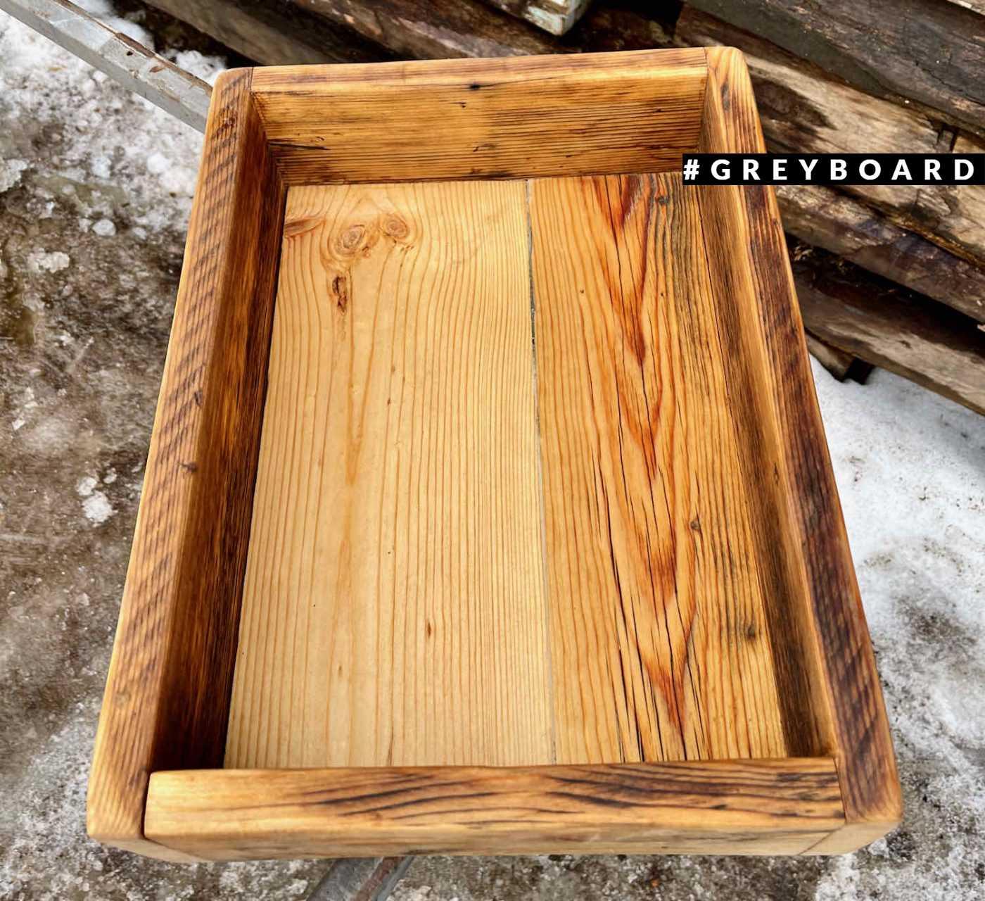 Вместительный ящик из амбарной доски