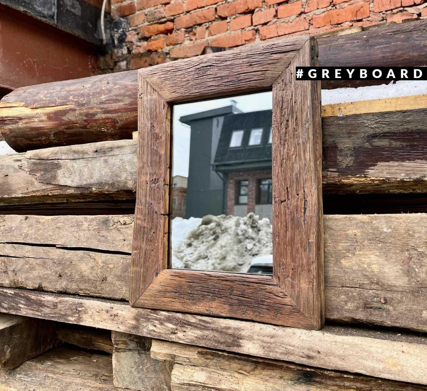 Небольшое зеркало в раме из амбарной доски
