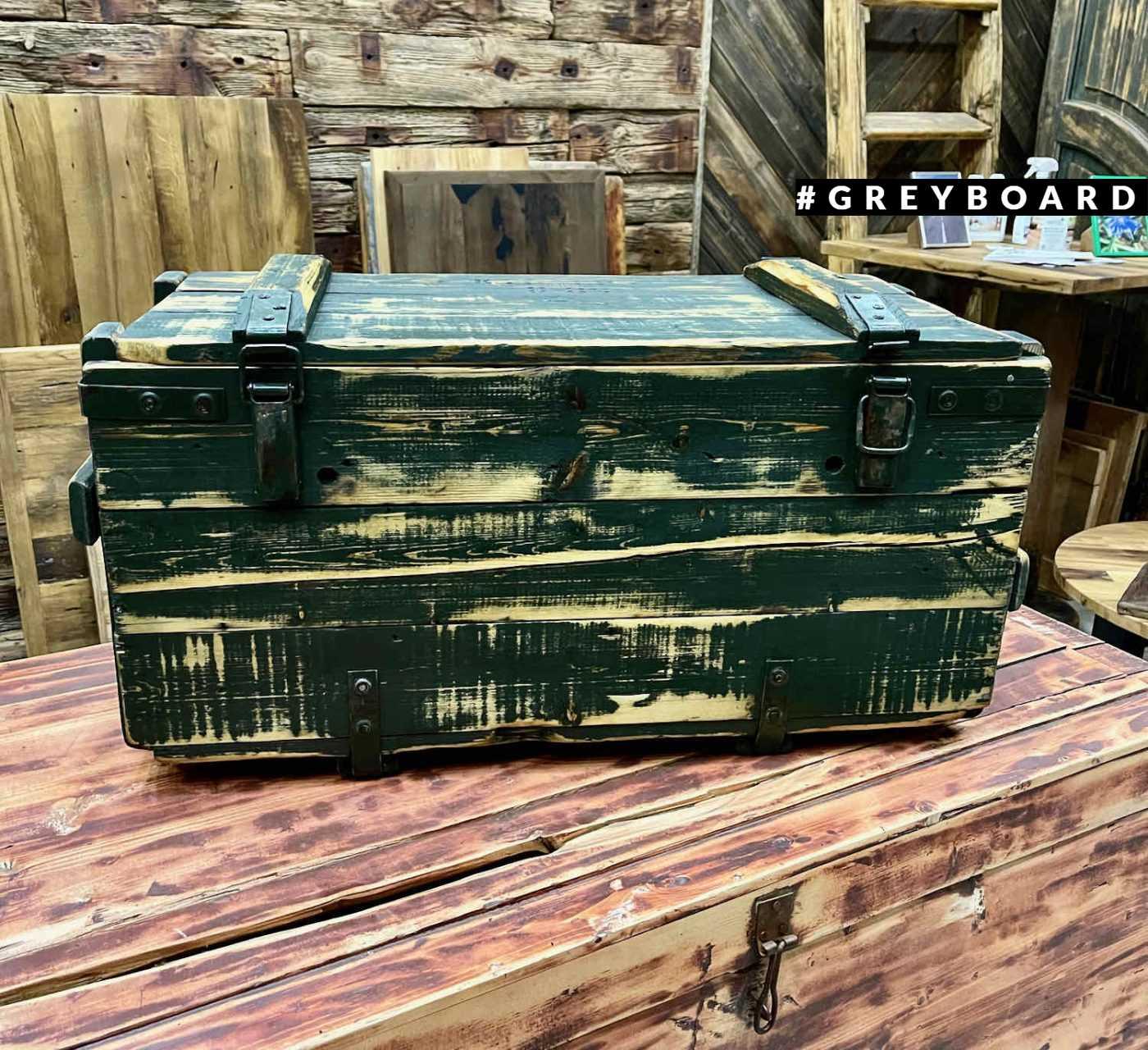 Темно-зеленый старинный ящик